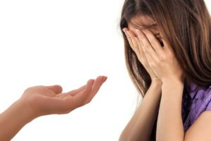 悩んでいる女性に差し伸べる手。
